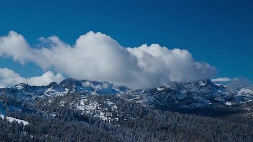 Zeitraffer gebirgswolken