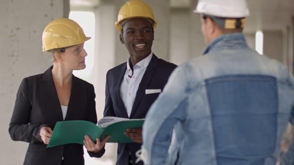 Thumbnail for Arbeitsgruppe der Bauherren, die ein neues Projekt betrachten und darüber diskutieren
