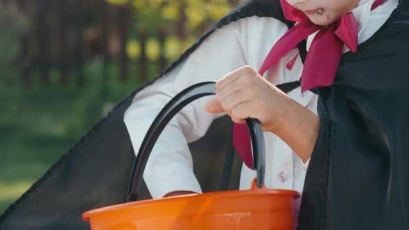 Boy in Halloween Kostüm lächelnd für Kamera nach Trick-oder-Behandlung