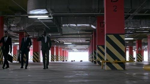 Geschäftsleute zu Fuß in der Tiefgarage