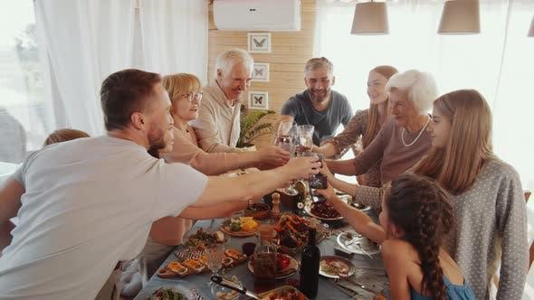 Thumbnail for Glückliche kaukasische Familie Clinking Gläser beim Urlaub Dinner