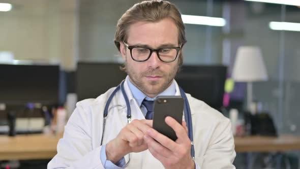 Thumbnail for Porträt des Arztes mit Smartphone für Internet