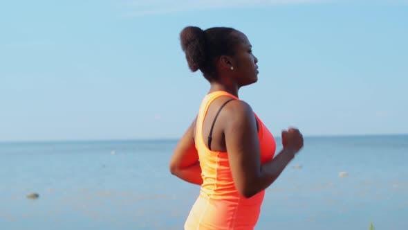 Thumbnail for Junge Afroamerikanerin Laufen am Meer