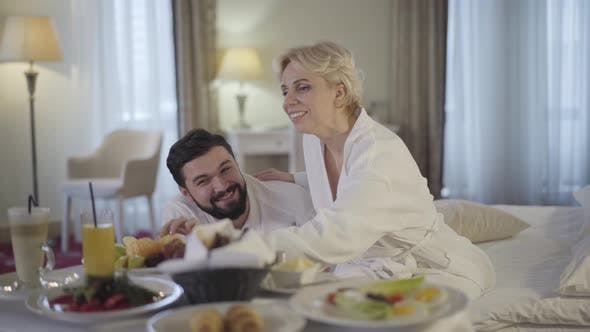 Thumbnail for Glückliche kaukasische Braut und Bräutigam genießen Flitterwochen im luxuriösen Hotel