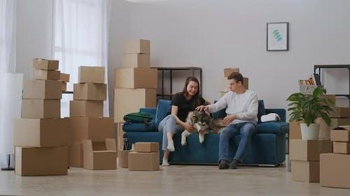 Der Typ und das Mädchen mieteten eine geräumige Wohnung