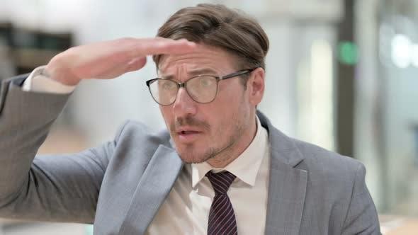 Thumbnail for Porträt des Neugierigen Geschäftsmann Umschauen, Suchen