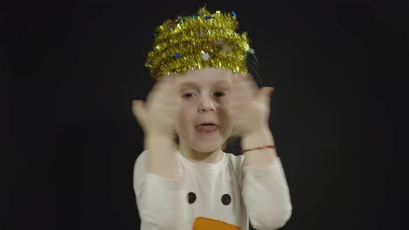 Thumbnail for Happy Beautiful Baby Girl im Schneemann-Kostüm. Weihnachten. Gesichter machen, tanzen
