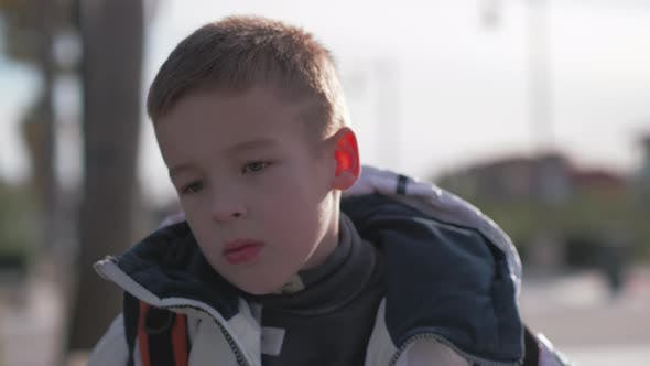Kleiner Junge, der draußen verwirrt sucht