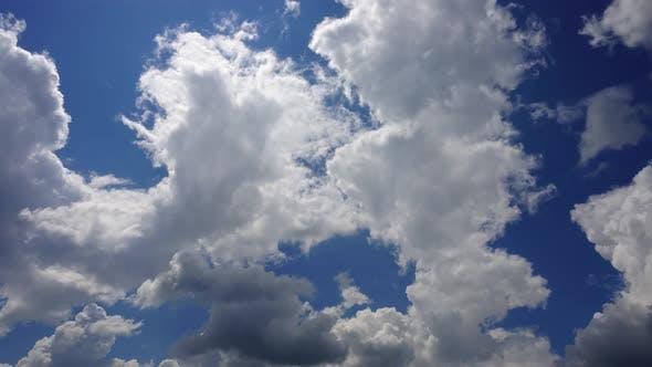 Wolken am Himmel. Aufnahme von Zeitraffer.
