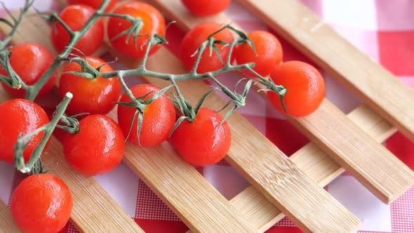 Nahaufnahme von frischen Kirschtomaten auf Tischdecke