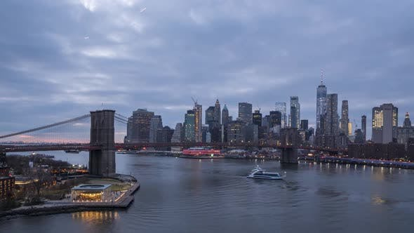 Cover Image for Skyline of Lower Manhattan and Brooklyn Bridge in the Evening, New York City