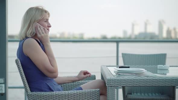 Thumbnail for Attraktive blonde Erwachsene Frau zum Aufhängen Telefon und Lächeln, Seitenansicht Porträt von charmanten kaukasischen