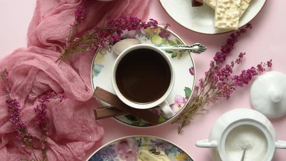 Heiße Schokolade oder Kakao in Tasse mit verschiedenen Süßigkeiten an den Seiten. Weiße Schokoriegel und Kekse