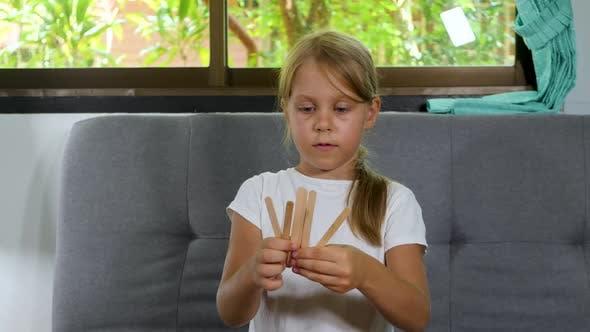 Kleine Schulmädchen Schüler lehren Mathematik und Zählen in der Grundschule Online