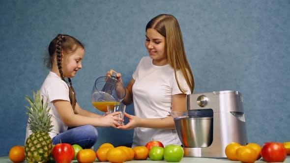 Thumbnail for Mutter und Tochter in der Küche