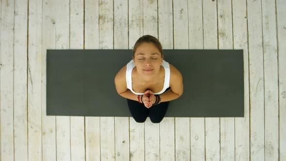 Sportliche Frau mit verbundenen Händen im Fitness-Studio