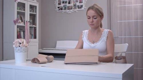 Junge Frau mit Jute für Geschenkverpackung
