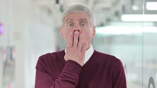 Schockiert Mann mittleren Alters durch Ergebnisse schockiert