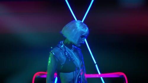 Modèle dans un studio sombre avec des néons bleus en arrière-plan, style des années 80,