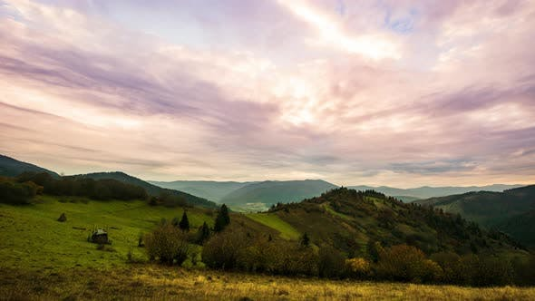 Schöner rosa Sonnenuntergang in grünen Hügeln