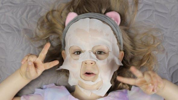Thumbnail for Teen Girl Anwendung Feuchtigkeitsspendende Gesichtsmaske. Kind Kind Kid Pflege der Haut mit kosmetischen Gesichtsmaske