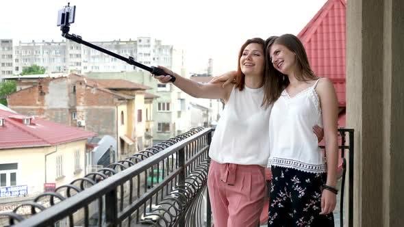 Thumbnail for zwei wunderschöne Frauen auf dem Balkon nehmen ein selfie
