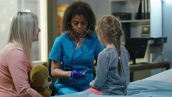 Thumbnail for Weibliche Arzt Untersuchung Mädchen Bauch