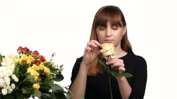 Thumbnail for Florist fertigt einen Blumenstrauß Rosen. Weiß. Nahaufnahme