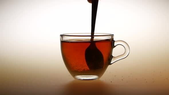 Thumbnail for Rühren Sie Zucker in einer kleinen Tasse heißen Tee. Studio