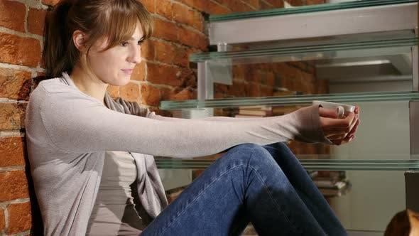 Thumbnail for Porträt von junge Frau trinken heißen Kaffee