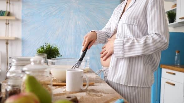 Thumbnail for Nahaufnahme der schwangeren Frau Kochen Essen auf Küche