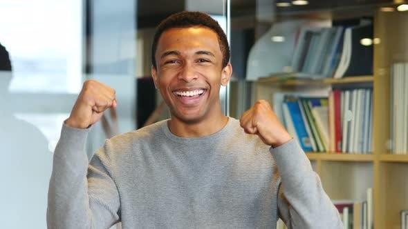 Thumbnail for Feiern erfolgreichen afroamerikanischen Mann, Porträt