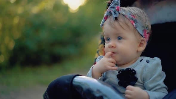 Thumbnail for Porträt eines Kindes mit blauen Augen, die einen Finger saugt