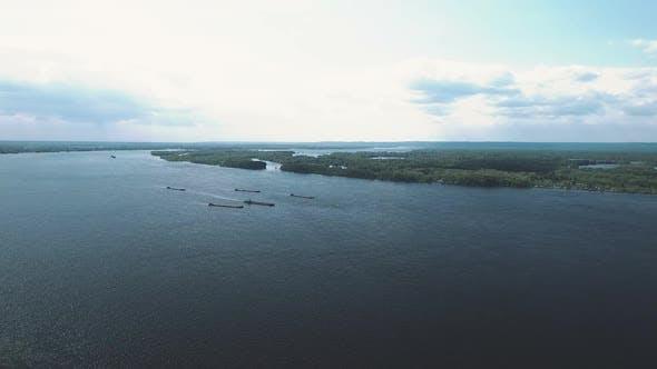 Blick Von einem Quadcopter auf den Fluss, Lastkähne Segeln. Fluss mit Inseln, Luftbild. Samara