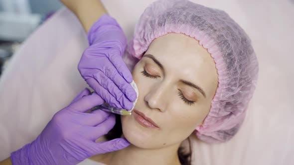Schöne Frau macht eine Lippenvergrößerung Verfahren in einem Schönheitssalon