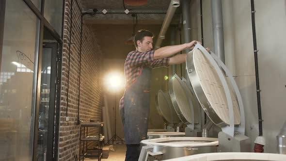 Thumbnail for Caucasian Man Schließen Ofen zum Brennen von Keramiktöpfen