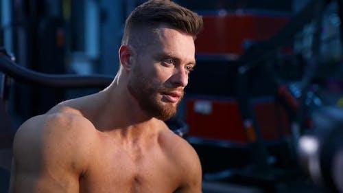 Muskulöser Mann im Fitnessstudio. Feiner und sportlicher Bodybuilder-Mann im Fitnessstudio