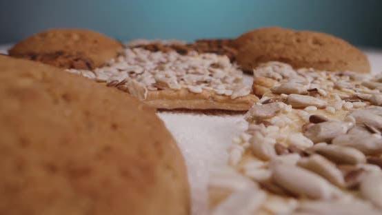 Kekse liegend auf Tischplatte