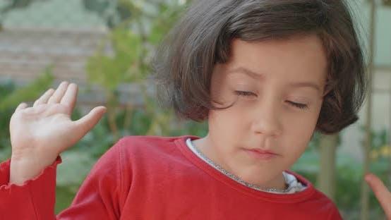 Gesichtsausdrücke eines kleinen Mädchens