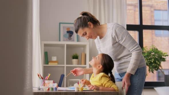 Thumbnail for Mutter mit kleiner Tochter, die zu Hause zeichnet