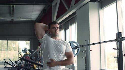 Profisportler Workout mit Hantel im Fitnessstudio, Training Trizepsmuskulatur