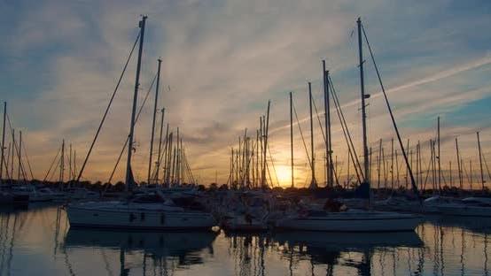 Thumbnail for Marina mit Yachten, Abendzeit bei Sonnenuntergang. Zeitraffer.