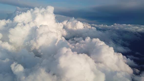 Fliegen über dicken Wolken