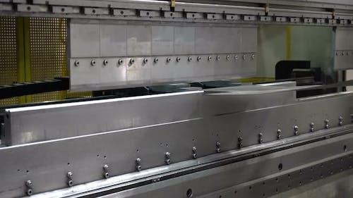 CNC-Biegemaschine. Die Maschine biegt das Metallteil
