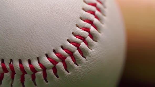 Nahaufnahme des Baseballballs auf grünem Hintergrund
