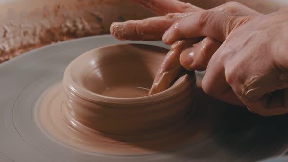 Thumbnail for Mannes Hände Sculpting die Vertiefung in Ton Figur