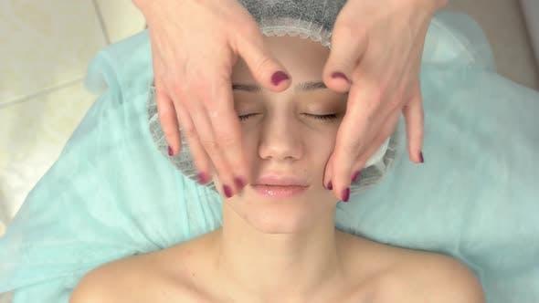 Draufsicht auf Gesichtsmassage