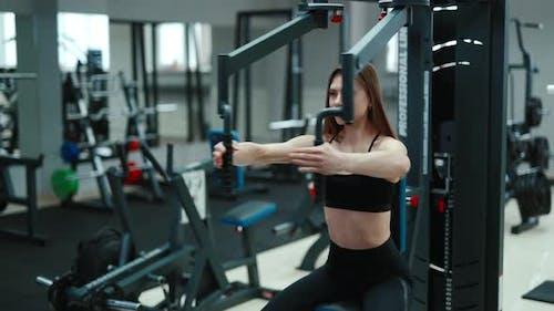 Hübsche Frau im Fitnessstudio