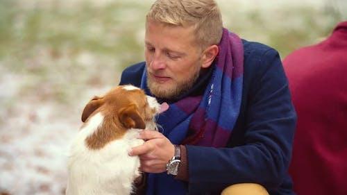 Besitzer mit einem Hund für einen Spaziergang