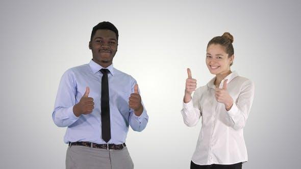 Thumbnail for Internationale glücklich lächelnde Mann und Frau zeigt Daumen